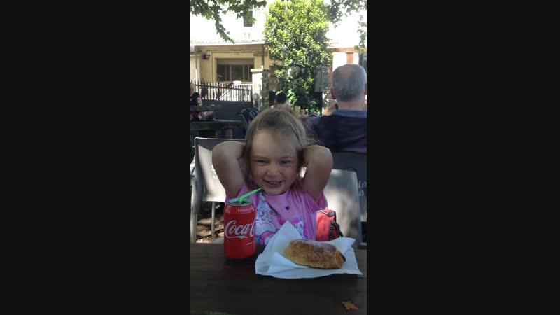Я пью coca cola и наслаждаюсь жизнью