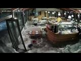 Onda del mare sfonda i vetri di un locale ad Arenzano