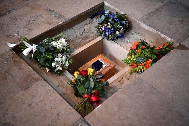 в вестминстерском аббатстве похоронили ученого стивена хокинга прах всемирно известного ученого был погребен в вестминстерском аббатстве, где в течение последней тысячи лет проходили церемонии коронаций, королевских свадеб и похорон, и где упокоены