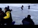 Рыбаки убегают от волны Финский залив