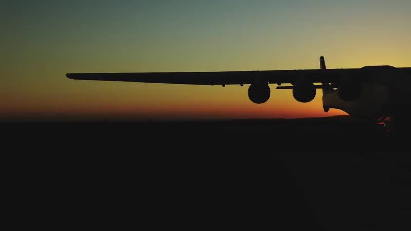 Гигантский самолет Stratolaunch совершил последнюю контрольную пробежку по аэродрому перед своим первым полетом. Летающий космод