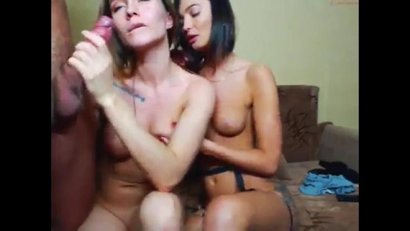 Две девчули ласкают член.mp4