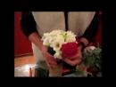 Технология создания букета круглой формы из роз, фрезий и лизиантусов.