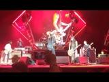 Kiss Guy исполняет песню на концерте Foo Fighters