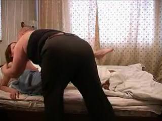 Крупный мужик и девушка, любительское порно СКАЧАТЬ
