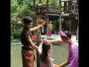 Лиза танцует народные тайские танцы