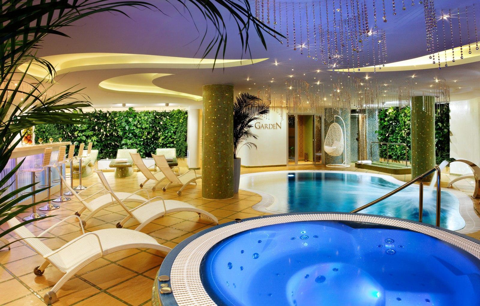 В спа-салонах отеля есть более современные и роскошные душевые кабины.