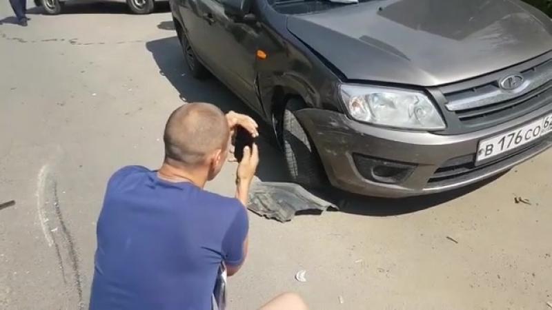 В Рязани произошло ДТП с участием двух автомобилей «Лада», в результате аварии «тринадцатая» опрокинулась на крышу. Видео размещ