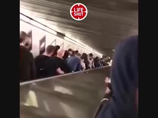 Видео момента поломки эскалатора метро в Риме