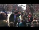 Адам остановился, чтобы пообщаться с детьми во время съемок в Бруклине