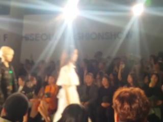 [FANCAM:PUBLIC EVENT] 180323 Модный показ «2018 Seoul Fashion Week: Sonua», в котором Ёнгук принимал участие в качестве музыкаль