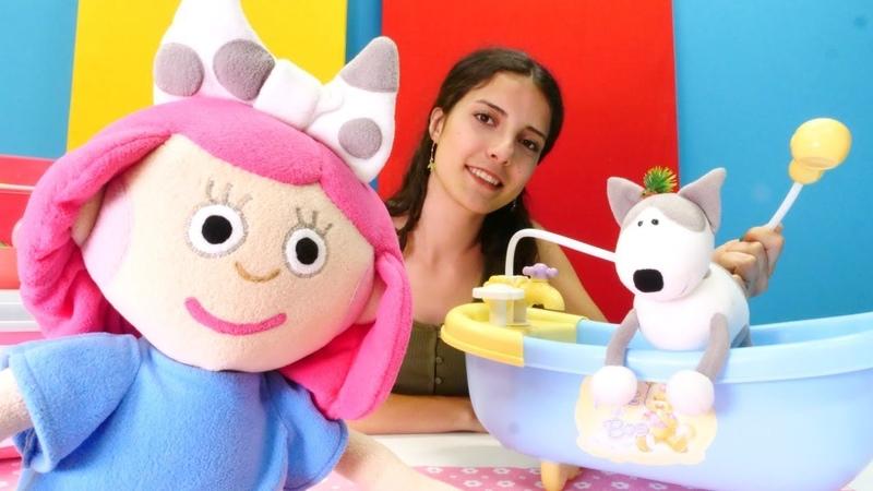 Çizgi film Smarta Benekliye banyo yaptırıyor