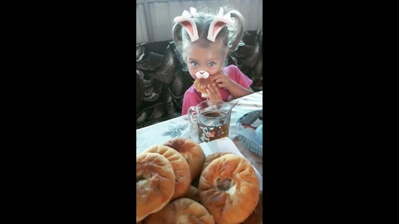 Зайка кушает бабулины беляшики😋