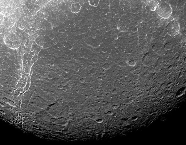 Астрономы нашли загадочные «петроглифы» на спутнике Сатурна. Поверхность Дионы, потенциально обитаемого спутника Сатурна, оказалась покрыта странными полосами, природа которых пока остается загадкой для астрономов.