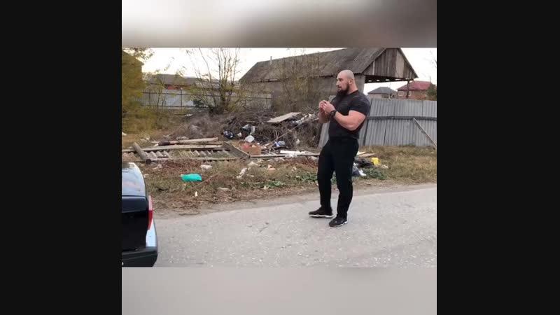ТЯНЕТ МАШИНУ ЗУБАМИ
