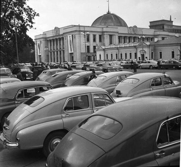 Стоянка автомобілів біля Верховної Ради. 1954 рік.