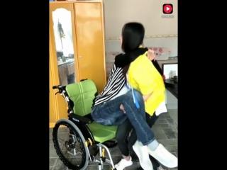 丈夫瘫痪五年不能走路,妻子不离不弃