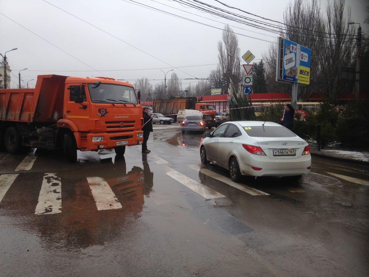 В Таганроге из-за крупного обрушения почвы и коллектора перекрыта улица Москатова