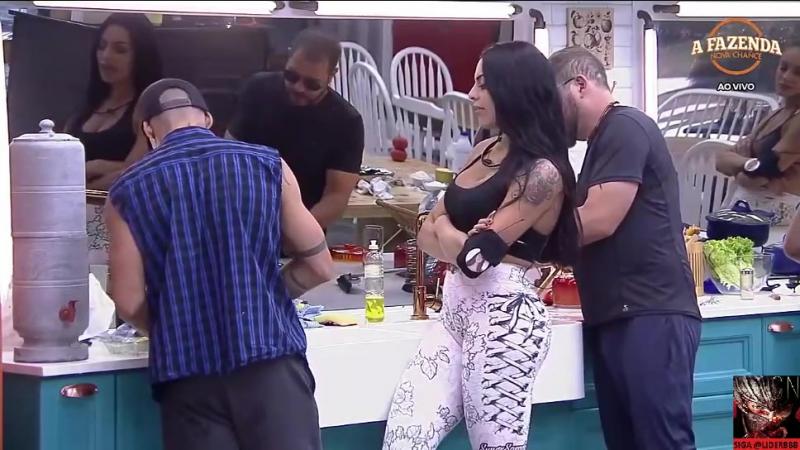 13/09 - Yuri fazendo salada de fruta - 15:13