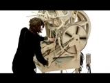 Гигантская музыкальная шкатулка играет на металлических шариках