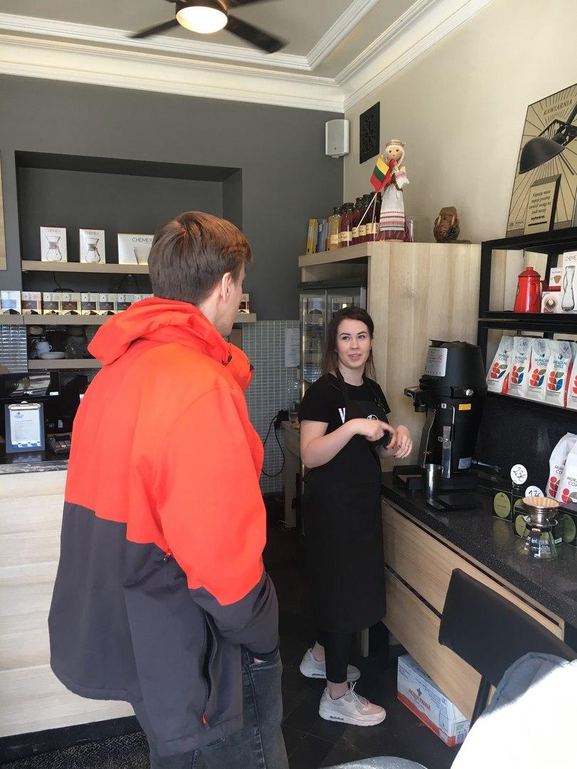 Открытый бар на котором при тебе варят кофе