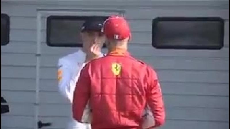 Себастьян Феттель беседует с Максом Верстаппеном после гонки ...