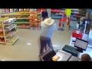 Мужчина в ковбойской шляпе обезвредил неловкого грабителя