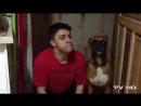 Парень пародирует своего пса.