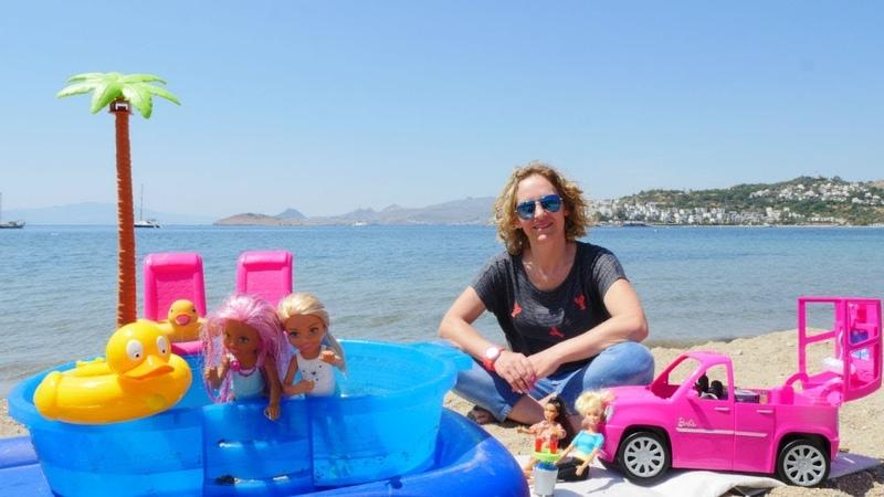 Barbie oyunları. Chelsea ve bebekler sahilde havuzda oynuyorlar