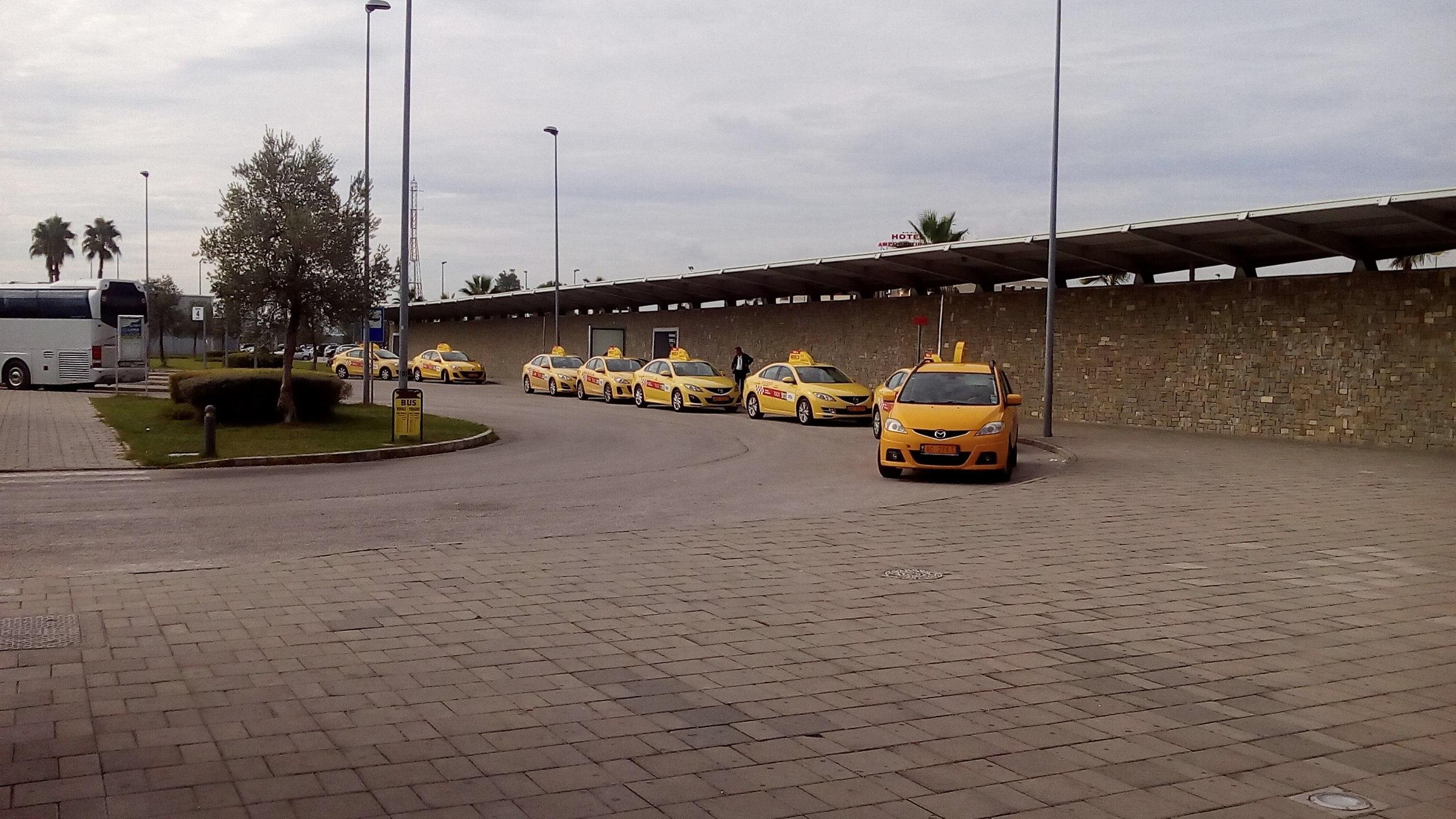 Стоянка машин в аэропорту имени матери Терезы