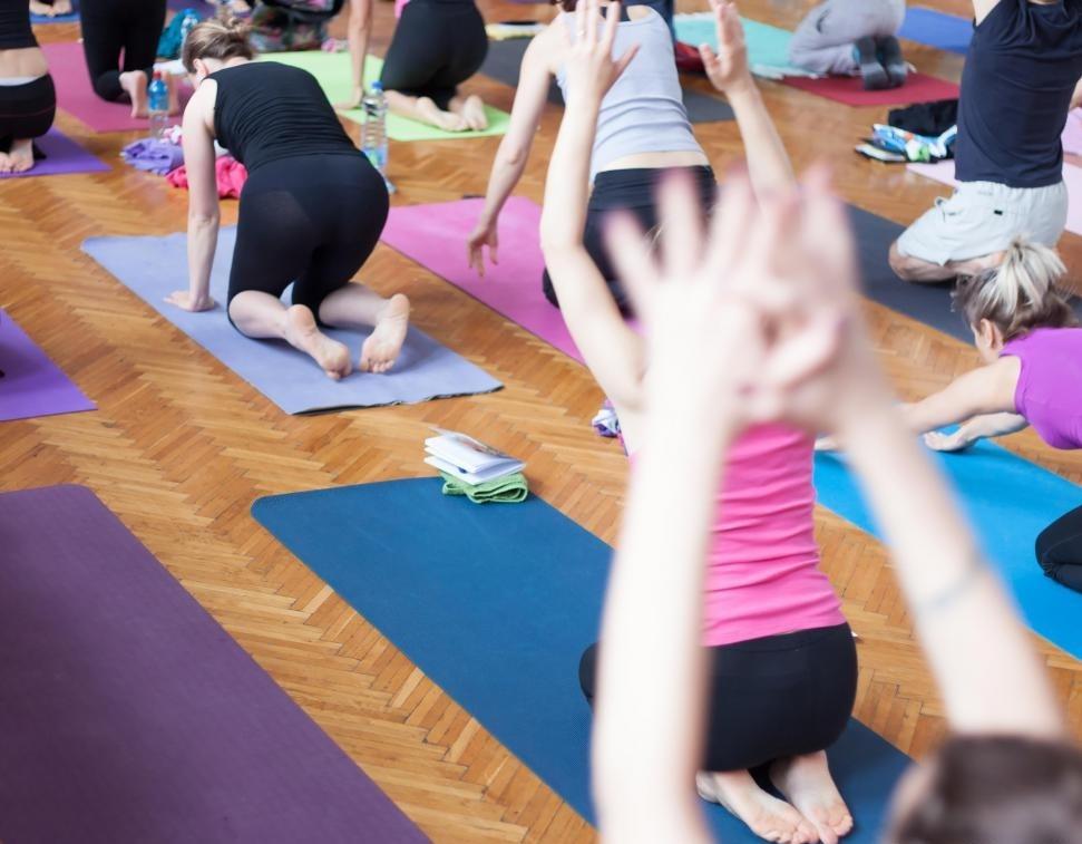 Многие практикующие целостной йоги находят, что их практика помогает поддерживать силу и гибкость.