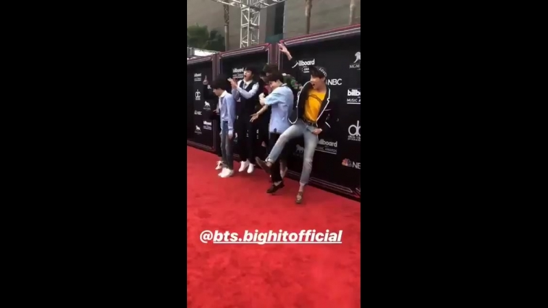 We really thought bts were gonna be in harnesses and dark sexy clothing for the red carpet too but here they are looking like th