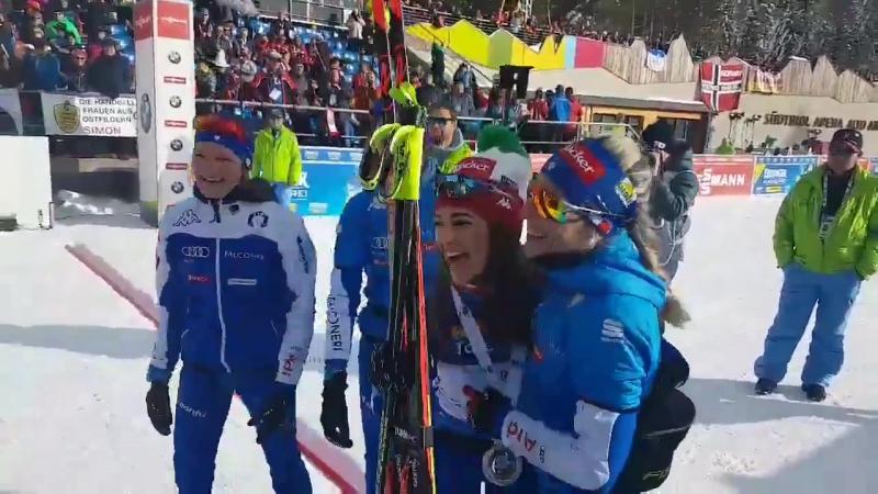 Итальянки поздравляют Доротею Вирер с серебром в гонке преследования в Антхольце (20 января 2018)