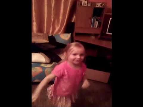 Даня на днюхе танцует с мишкой 8