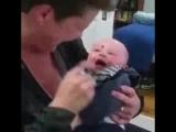 Заразительный смех ребенка из-за соски!!!!!