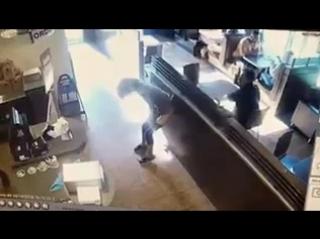 ТП насрала и бросила какашкой в продавца