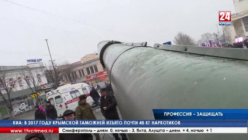 Военные и сотрудники МЧС в центре Симферополя показали чем защищают Родину и спасают людей