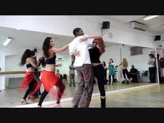 Танец просто кайф ! Парень танцует с двумя девушками