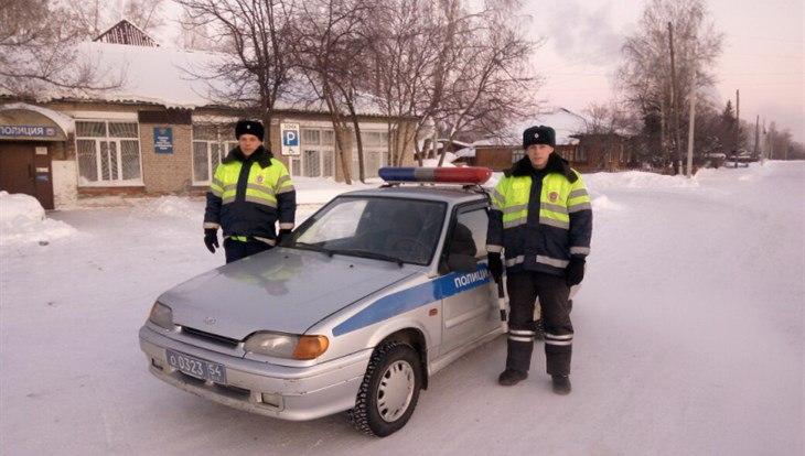 Новосибирские гаишники в мороз спасли пациентов ехавшей в Томск скорой