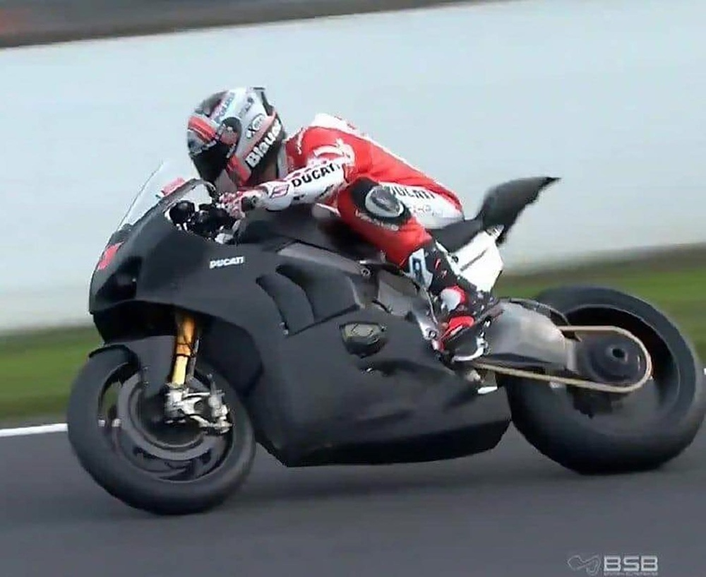 Супербайк Ducati Panigale V4 R 2019 тестировали на трасса Брэндс-Хэтч