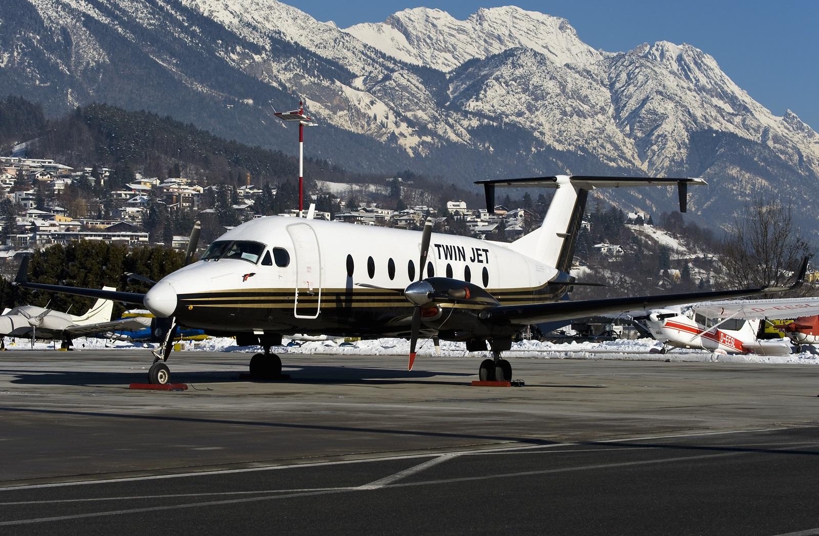 Самолет компании Twin Jet в аэропорту
