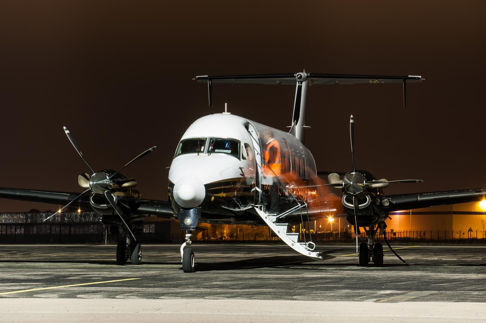 Beechcraft 1900D встречает пассажиров перед ночным рейсом