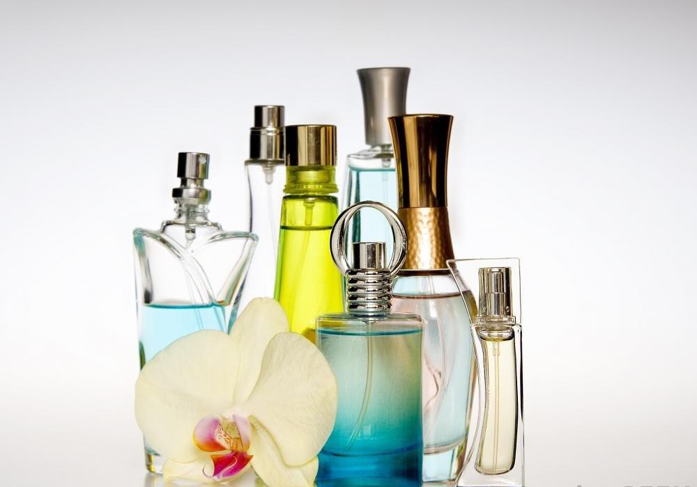 Парфюмерия: искусство или процесс создания духов; продукты, сделанные парфюмером; учреждение, где производятся духи.