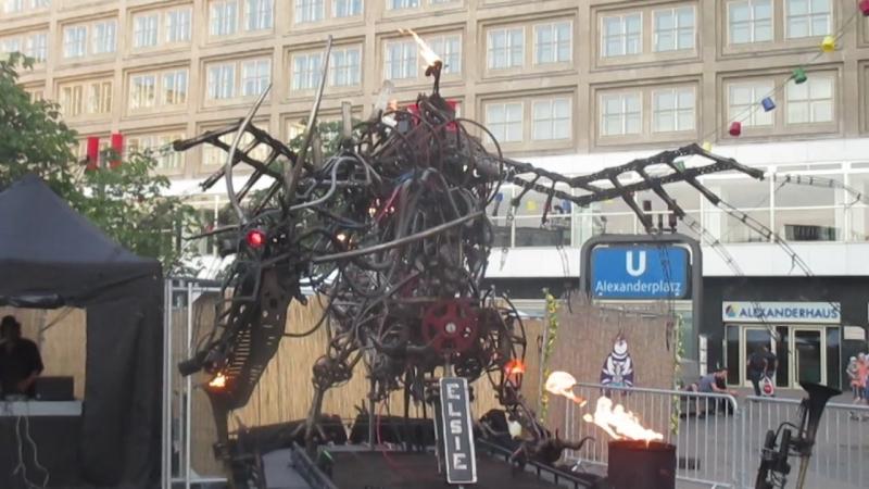 Поющий огненный дракон на Alexanderplatz