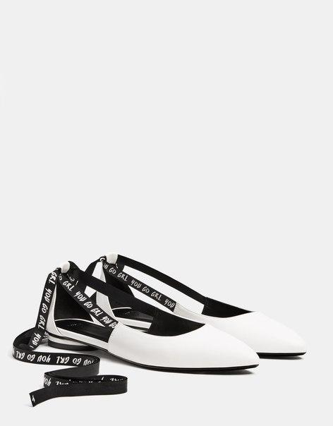 Туфли на низком каблуке, с надписями на завязывающихся лентах