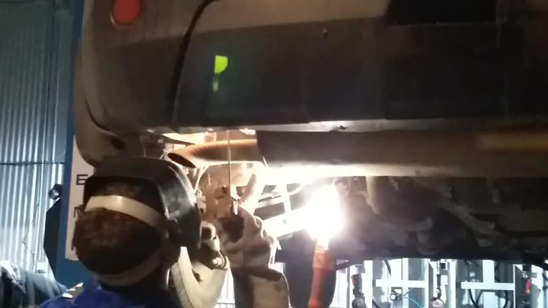 варим крепление выхлопной трубы на Nissan