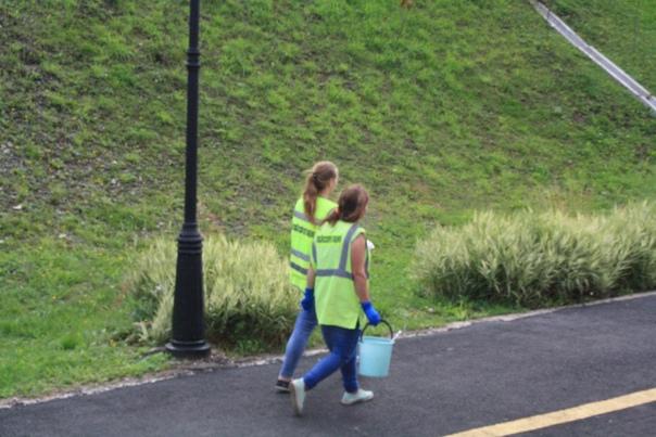 Молодые девочки несут воду  25 августа 2018