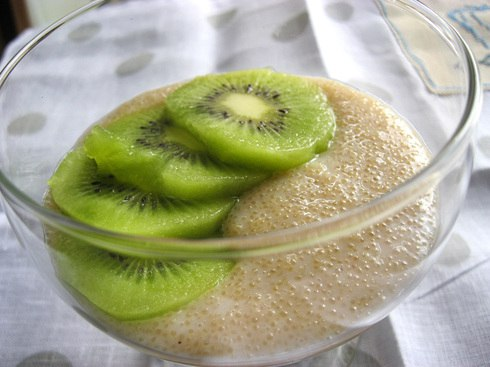 Амарант обладает ценными пищевыми свойствами и лечебными возможностями. Потребление зерна активизирует иммунитет, укрепляет кости, стимулирует ток крови и нормализует пищеварение. Продукт регулирует обмен веществ, снижает аппетит, нормализует вес и способ