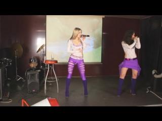 U-KEY в фиолетовых рваных лосинах