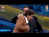@BeingSalmanKhan and @IamSRK are helping each other get ready for the DumdaarFinale!
